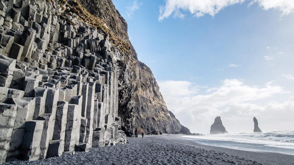 ブラックサンドビーチのノコギリ岩
